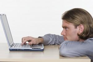 Homme face à son laptop
