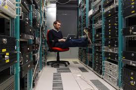 Technicien dans une salle informatique